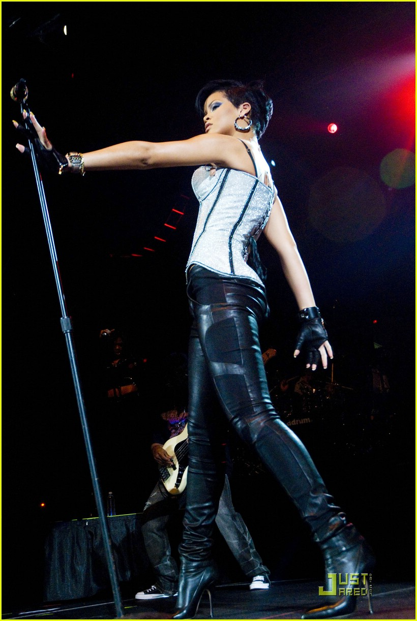 rihanna b96 jingle bash 26