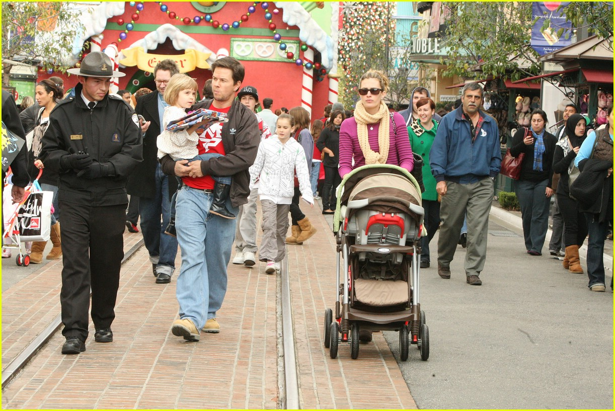 mark wahlberg santa claus 04