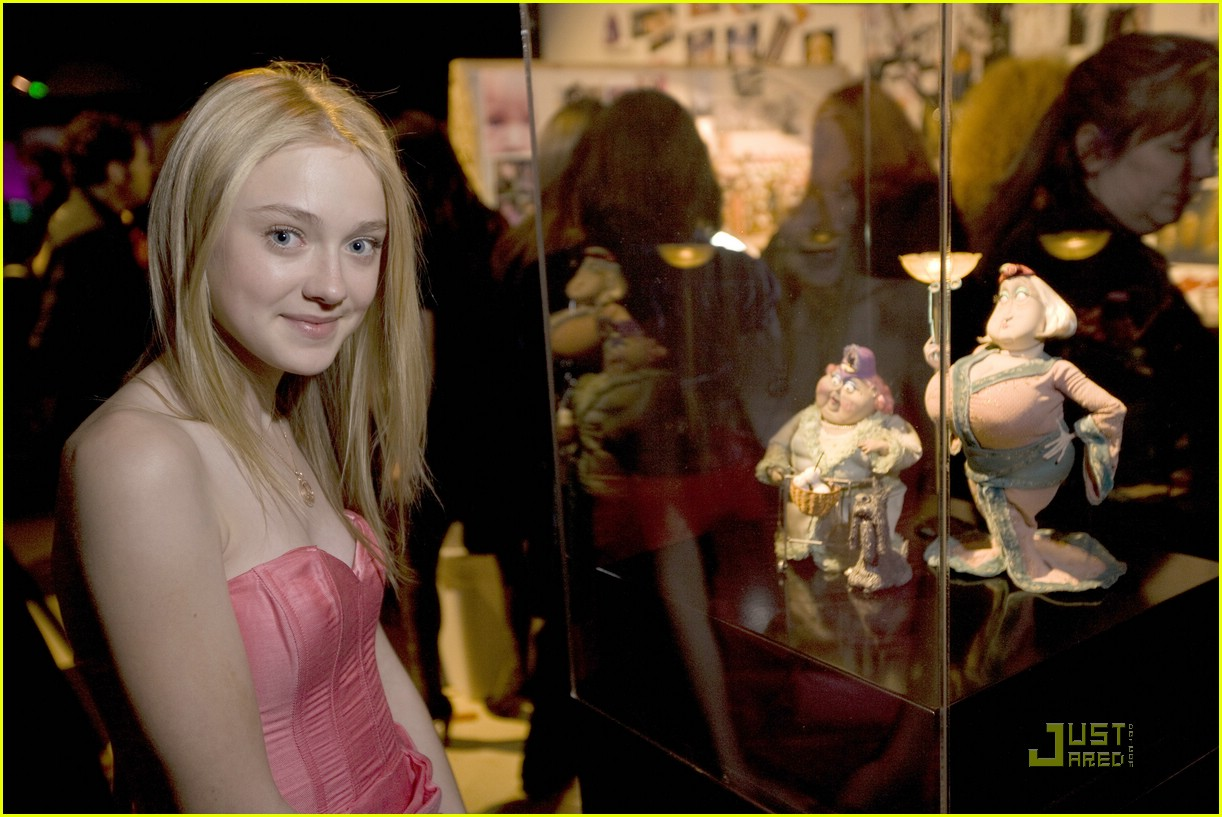 dakota fanning 3d glasses 03