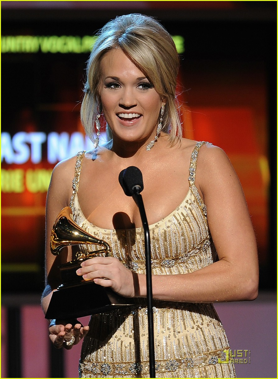 carrie underwood grammys red carpet 2009 02