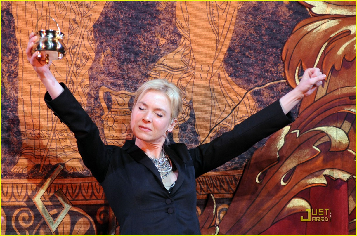 renee zellweger 2009 hasty pudding award 03
