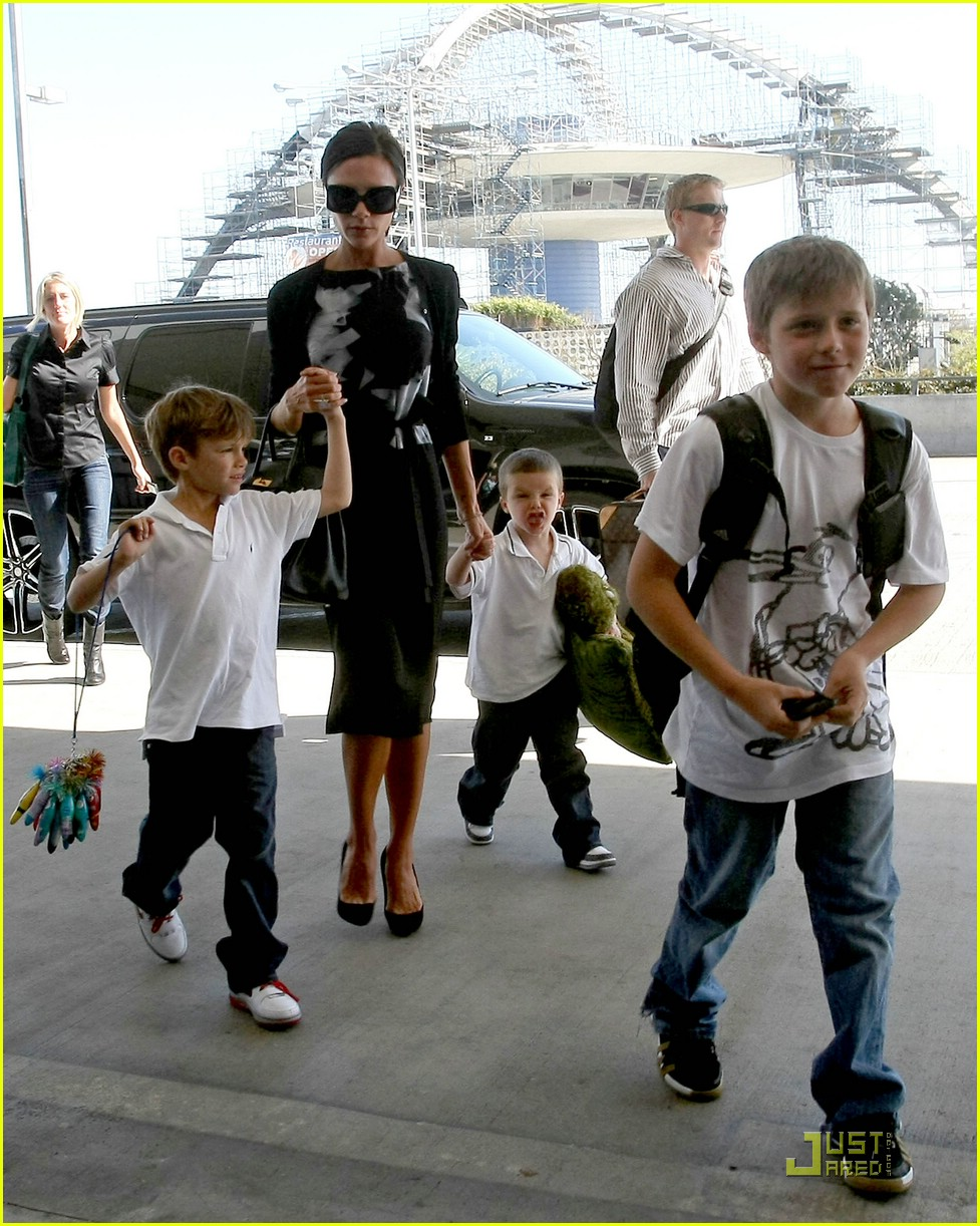 victoria beckham boys support dad 06