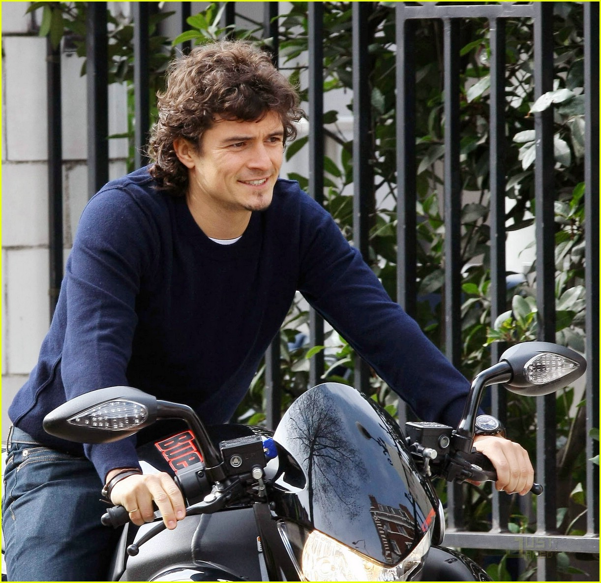 orlando bloom thumbs up 10
