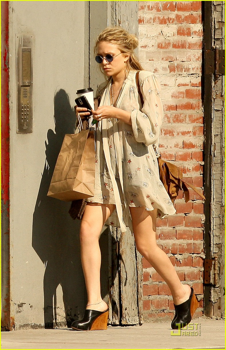mary kate olsen pantless 08