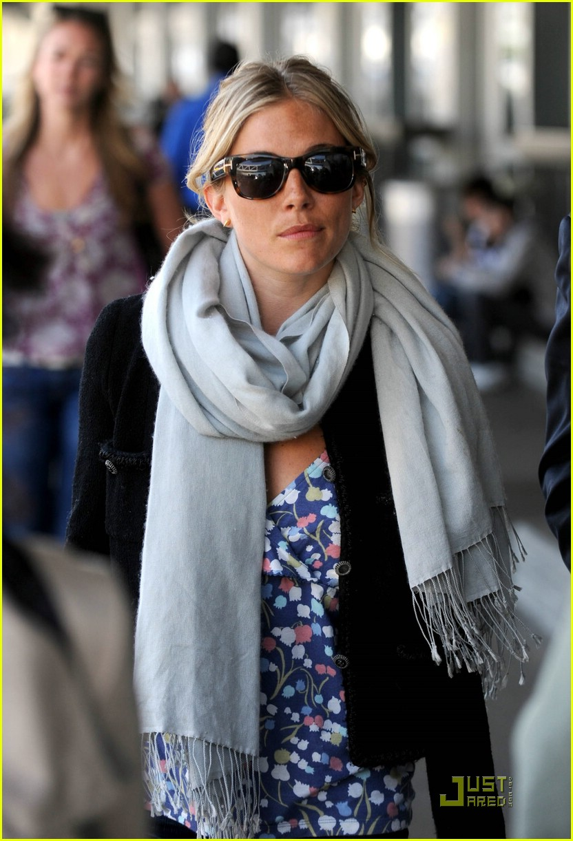 sienna miller scarfs up 04