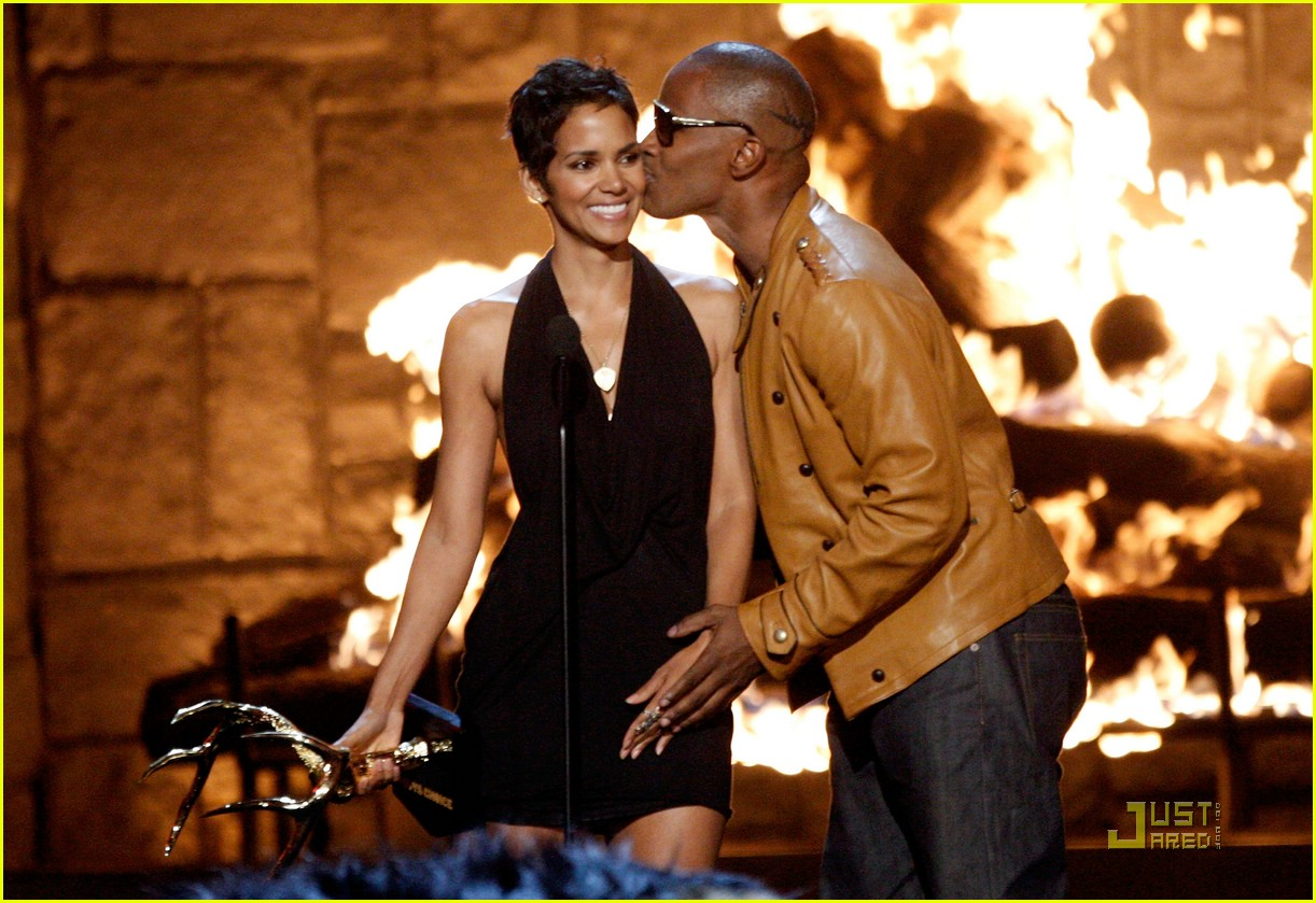 halle berry jamie foxx kissing 12