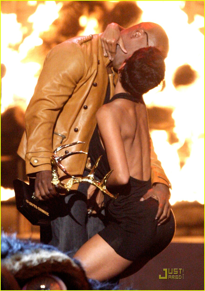 Jamie Foxx: Kissing Commotion: Photo 1957141 | Halle Berry, Jamie Foxx ...