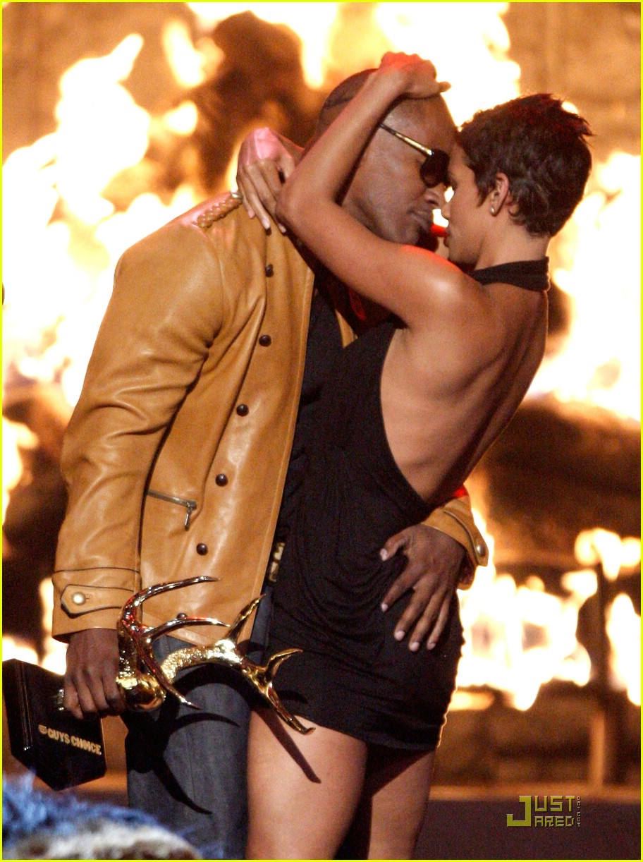 halle berry jamie foxx kissing 30