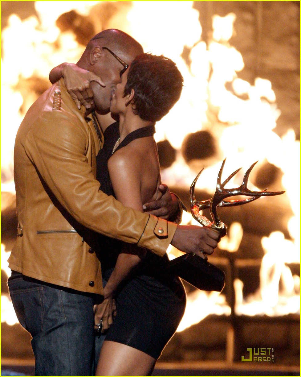 halle berry jamie foxx kissing 321957161