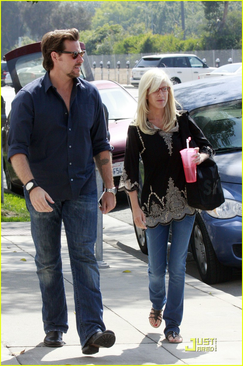 tori spelling really likes rings 031916471