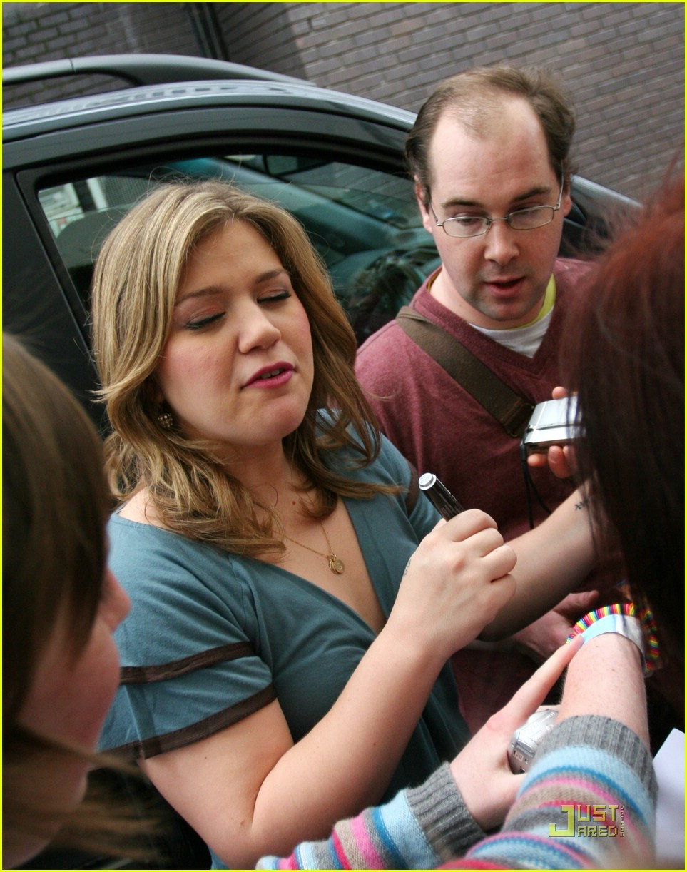 kelly clarkson tongue 081975361