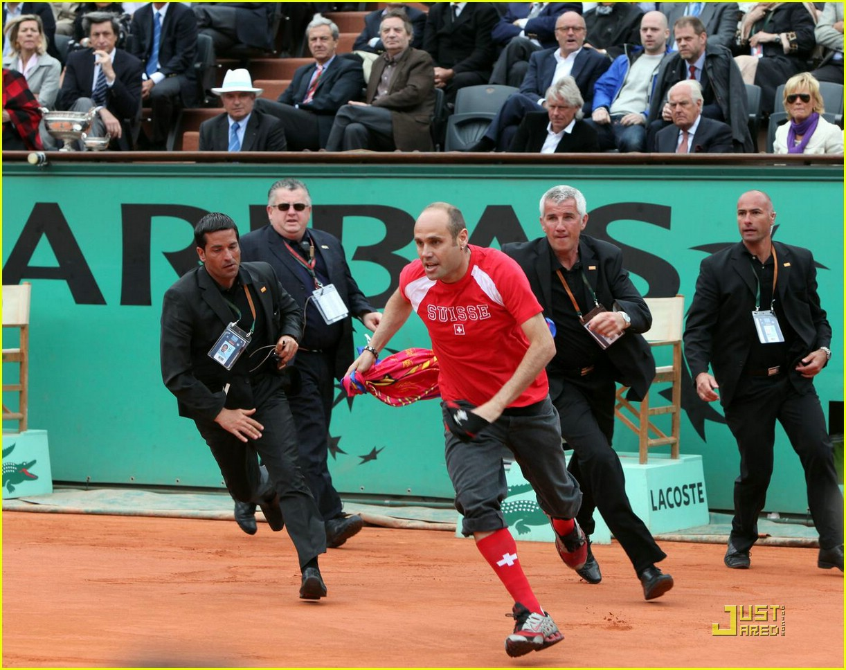 roger federer attacked at french open 05