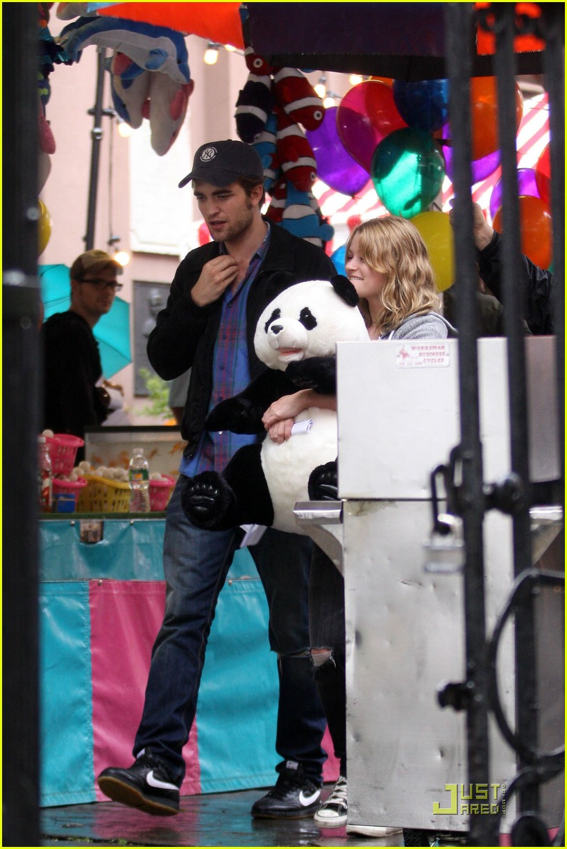 robert pattinson emilie de ravin bear hug 05