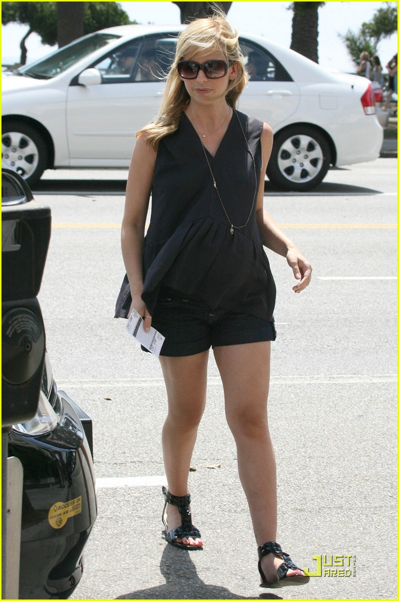 sarah michelle gellar pregnant at the shore 02