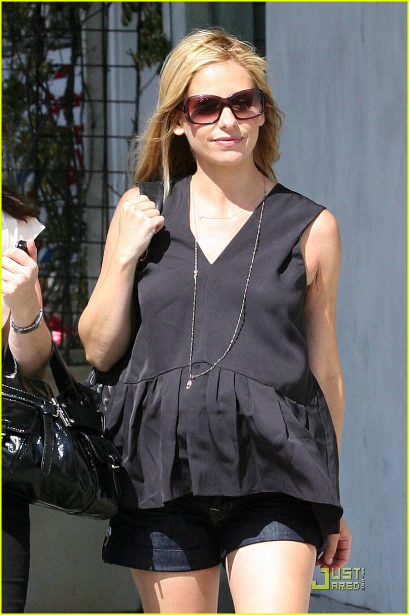sarah michelle gellar pregnant at the shore 11