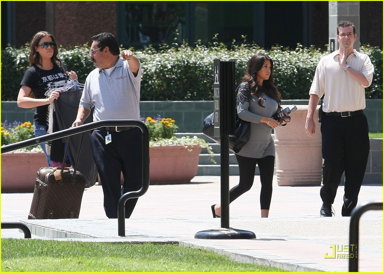 kourtney kardashian bigger baby bump 04