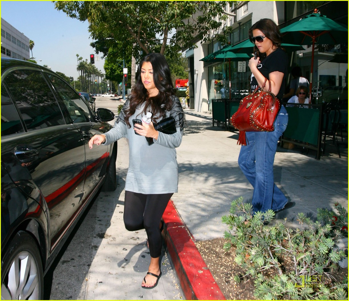 kourtney kardashian bigger baby bump 09