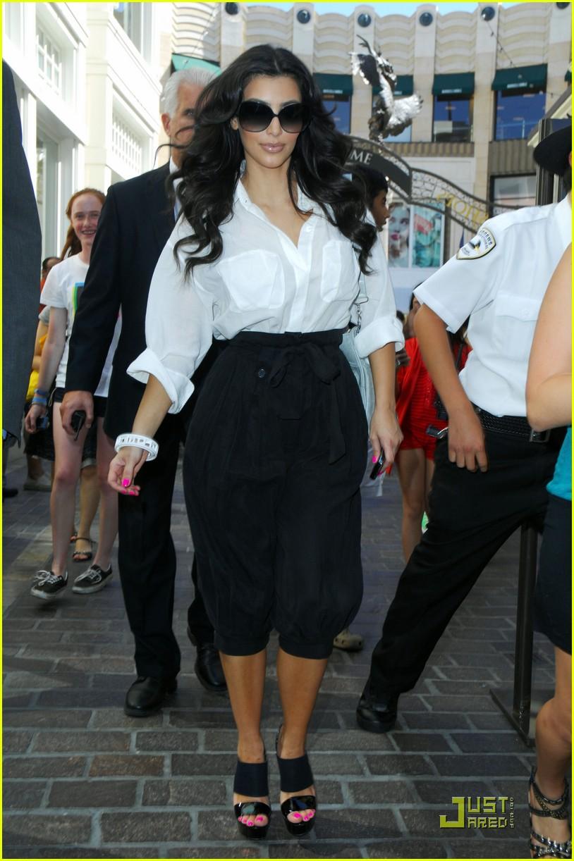kim kardashian visits victorias secret 09