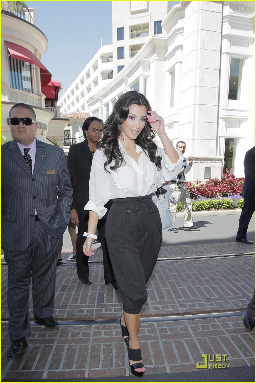 kim kardashian visits victorias secret 21