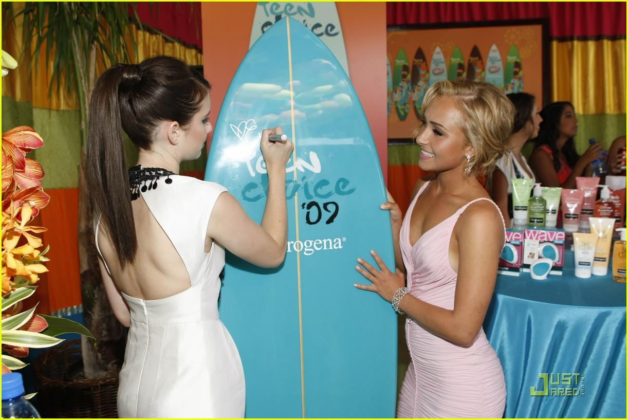 emma roberts hayden panettiere surfboard 02
