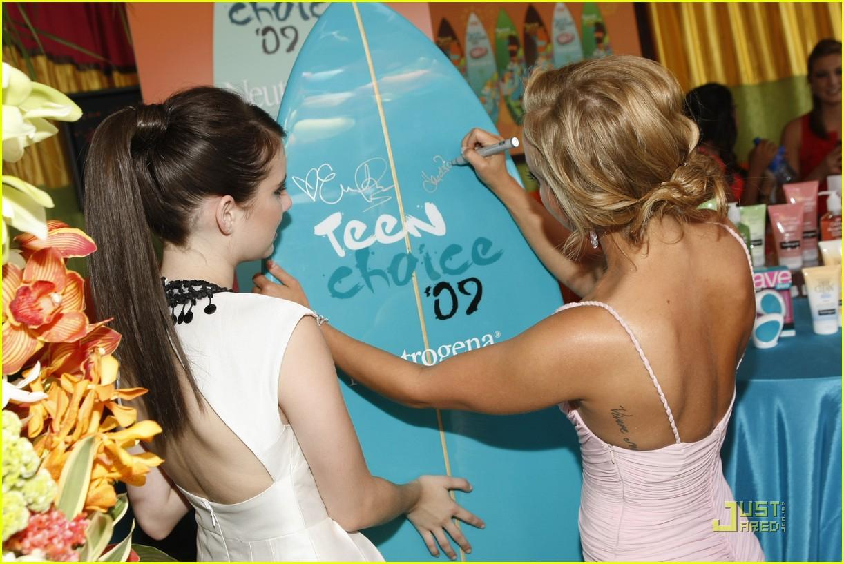 emma roberts hayden panettiere surfboard 05