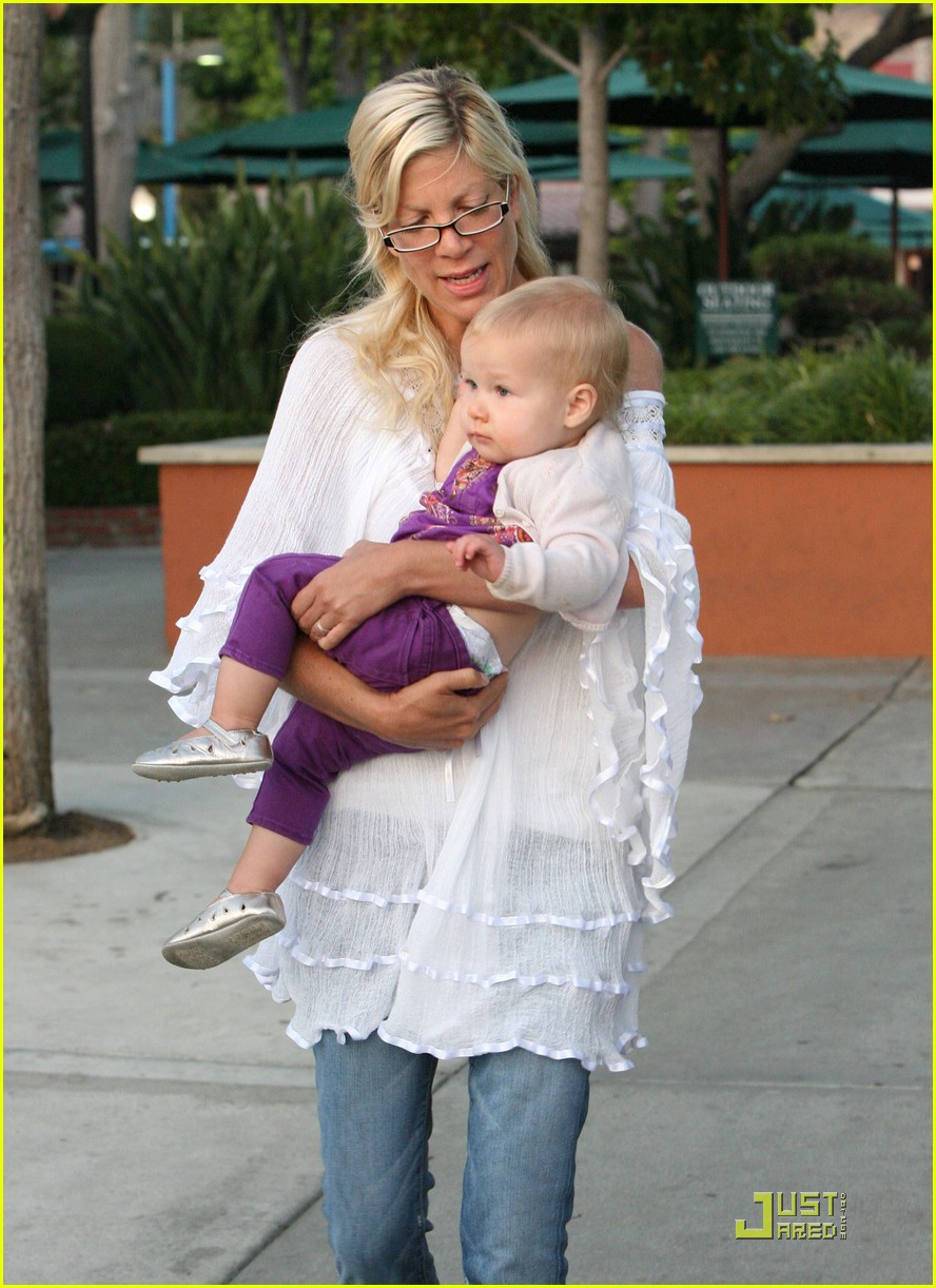 tori spelling kids play at the park 02