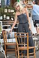 tori spelling frequents the flea market 04