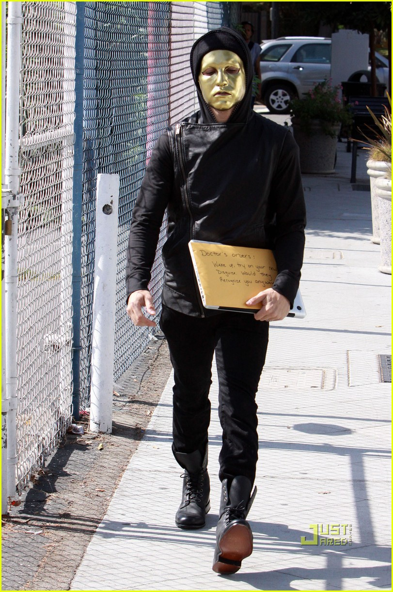 pete wentz gold mask 06