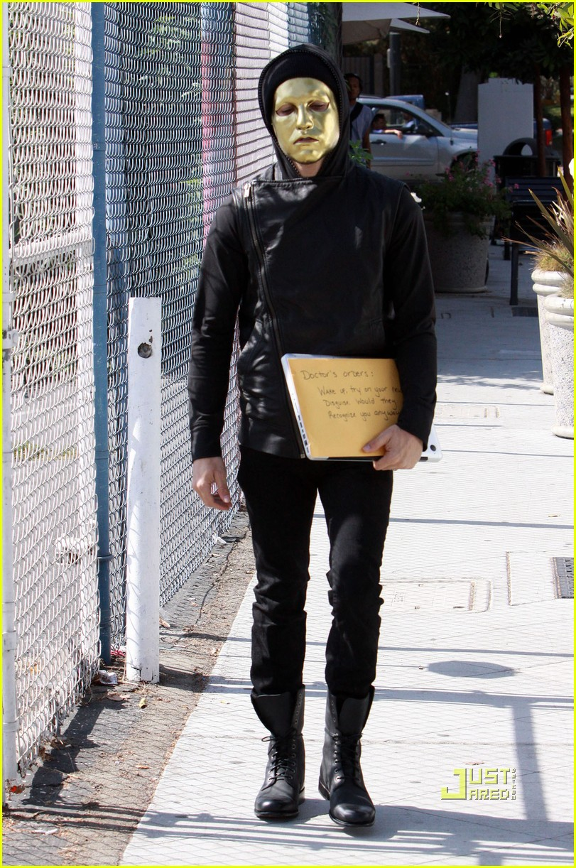 pete wentz gold mask 07
