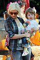 christina aguilera visits a pumpkin patch 05