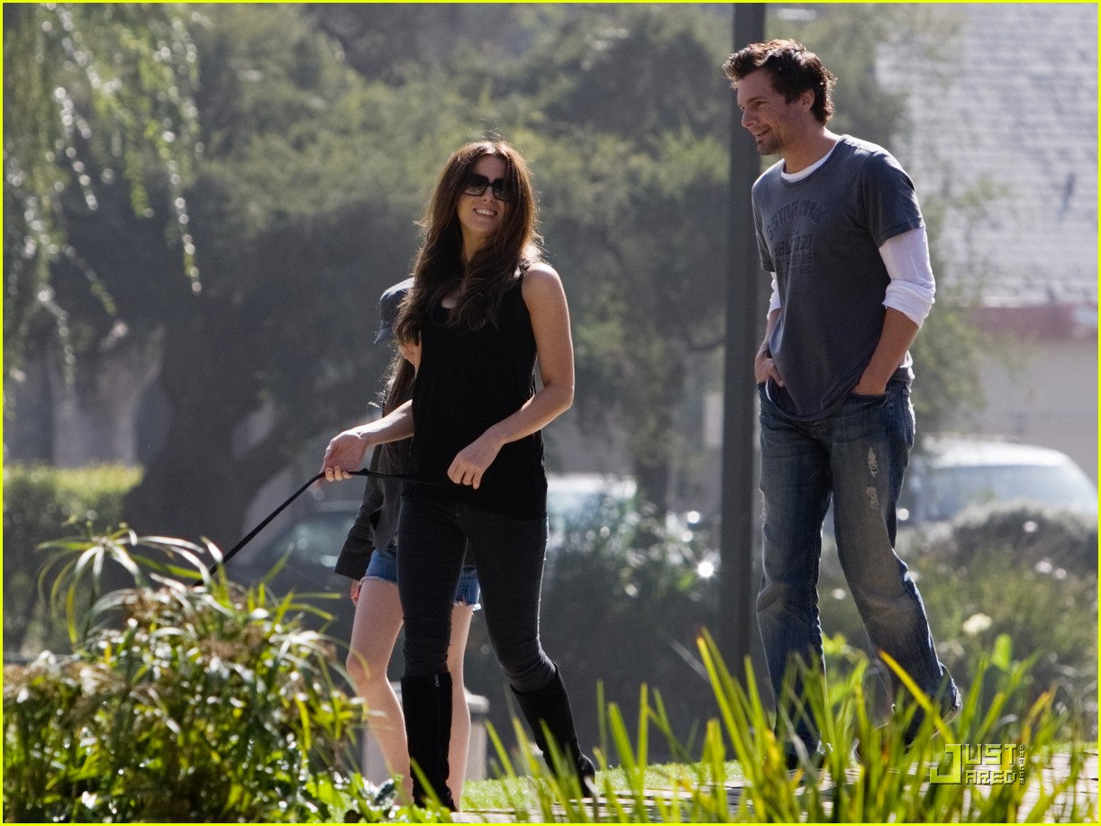 kate beckinsale and her family walk the dog 03