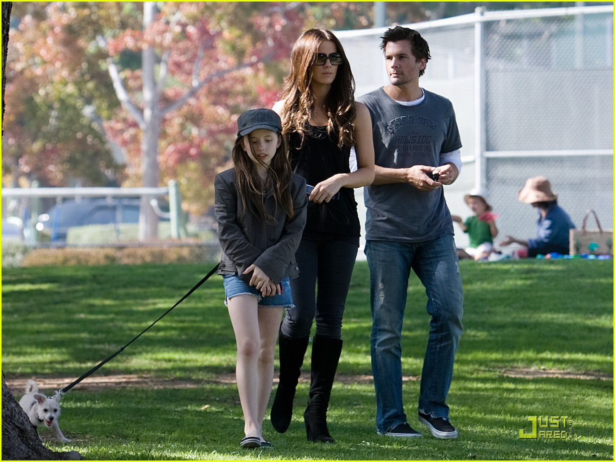 kate beckinsale and her family walk the dog 042313001