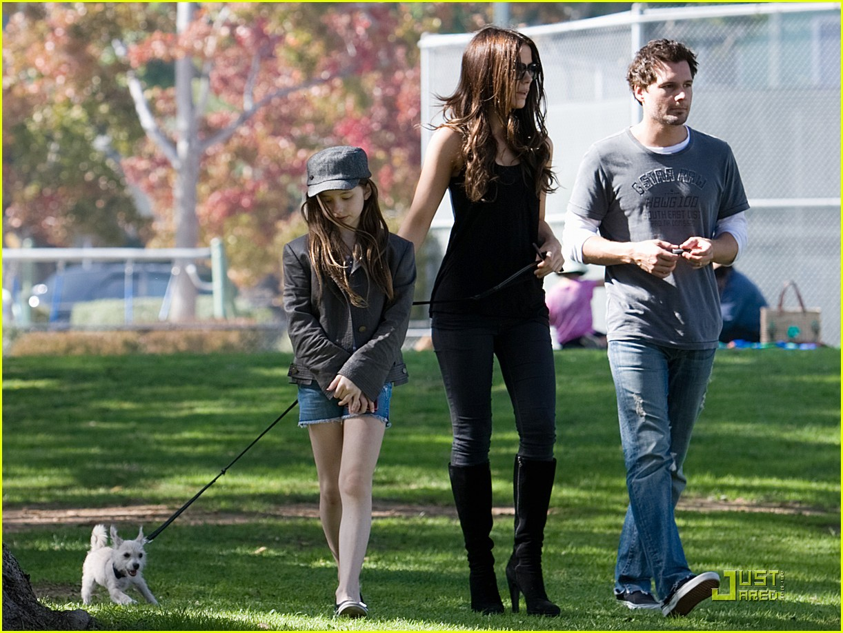 kate beckinsale and her family walk the dog 09