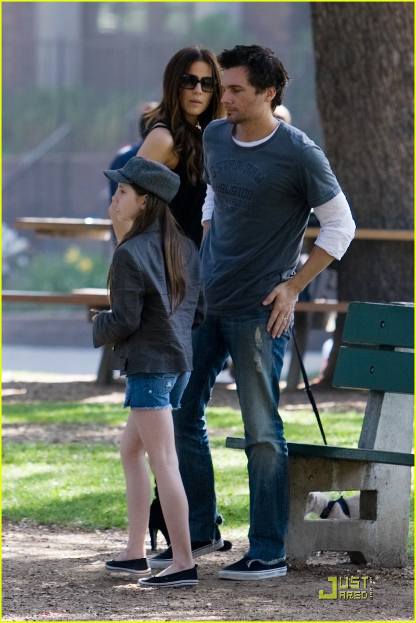 kate beckinsale and her family walk the dog 112313071