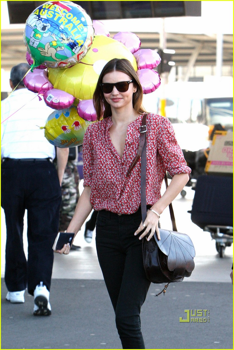 miranda kerr welcome home balloons 01