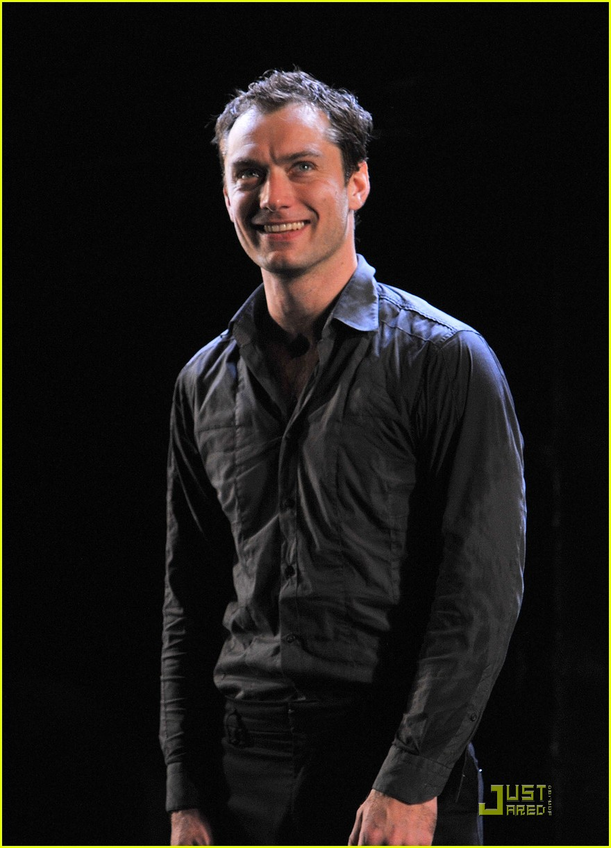 jude law opening night curtain call 05