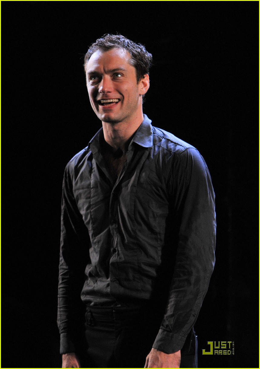 jude law opening night curtain call 09