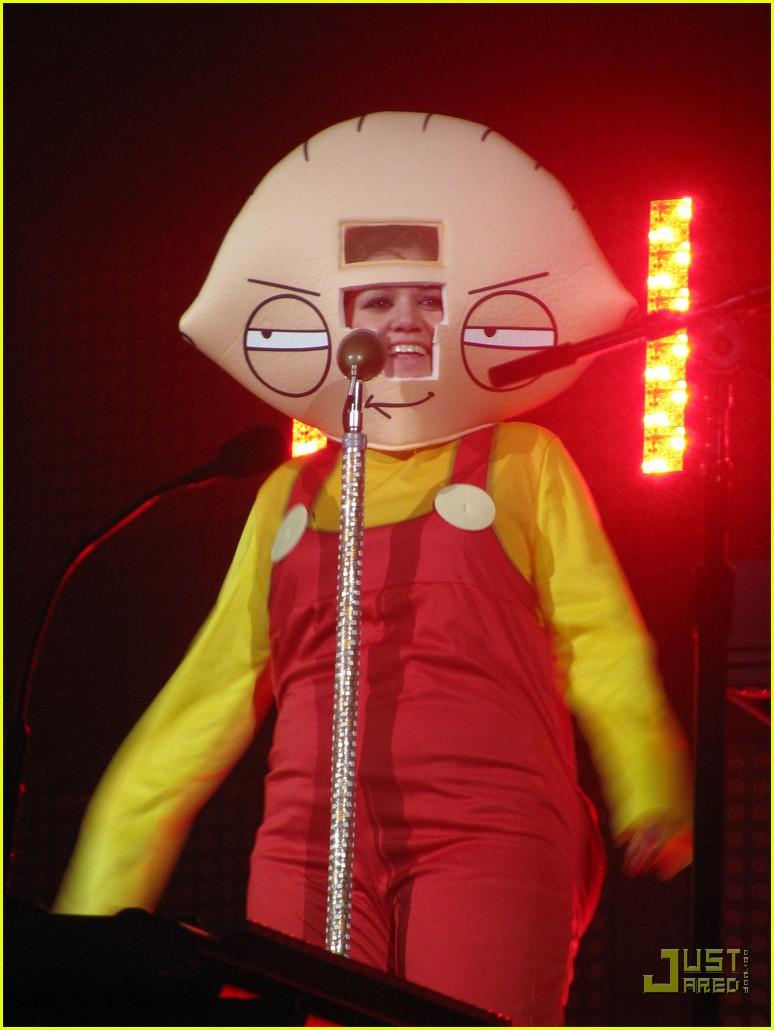 Kelly Clarkson's Halloween Costume: Stewie Griffin!: Photo 2327131 ...