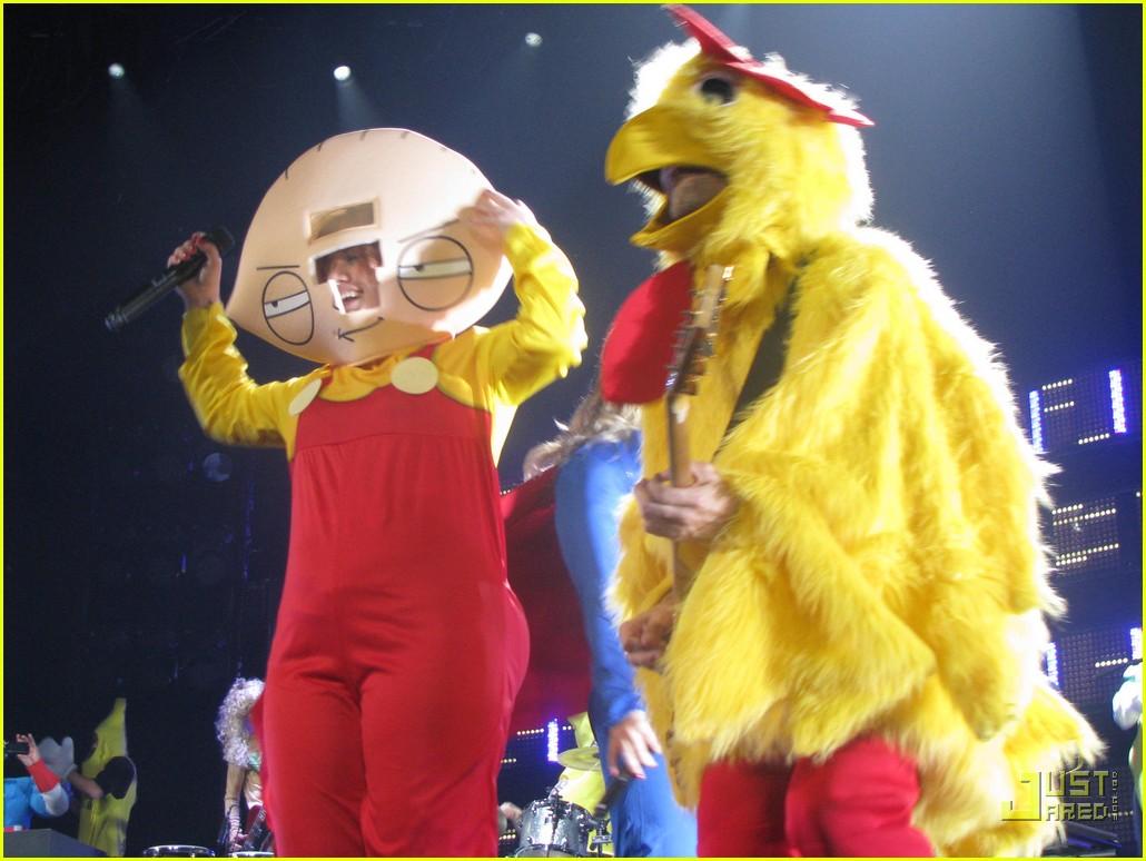 Kelly Clarkson's Halloween Costume: Stewie Griffin!: Photo 2327161 ...