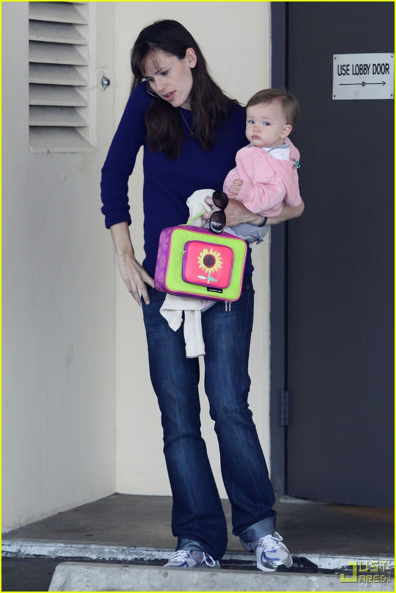 jennifer garner multitasking mom 09