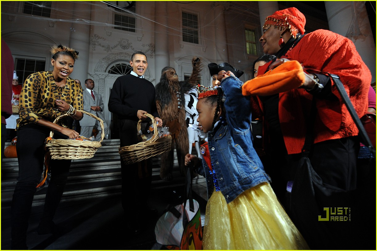 michelle obama trick of treating white house 24