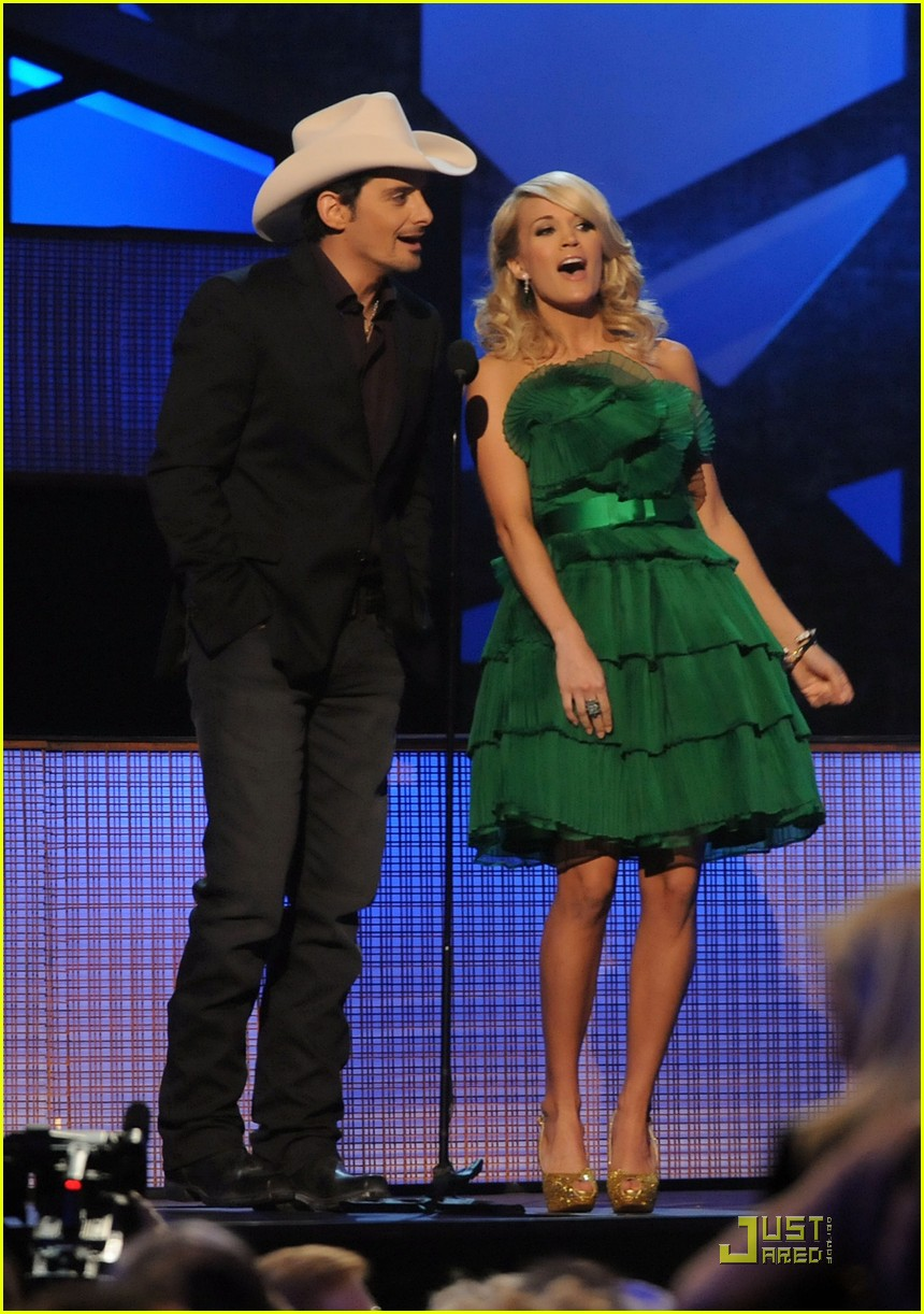 carrie underwood hosts the 2009 cmas 03