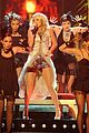 carrie underwood hosts the 2009 cmas 22