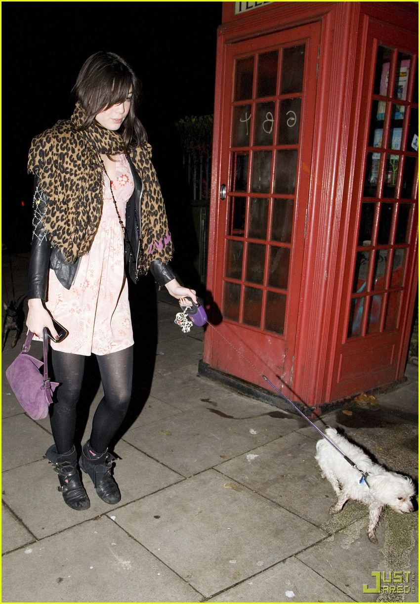kingston rossdale daisy lowe walk dog 04