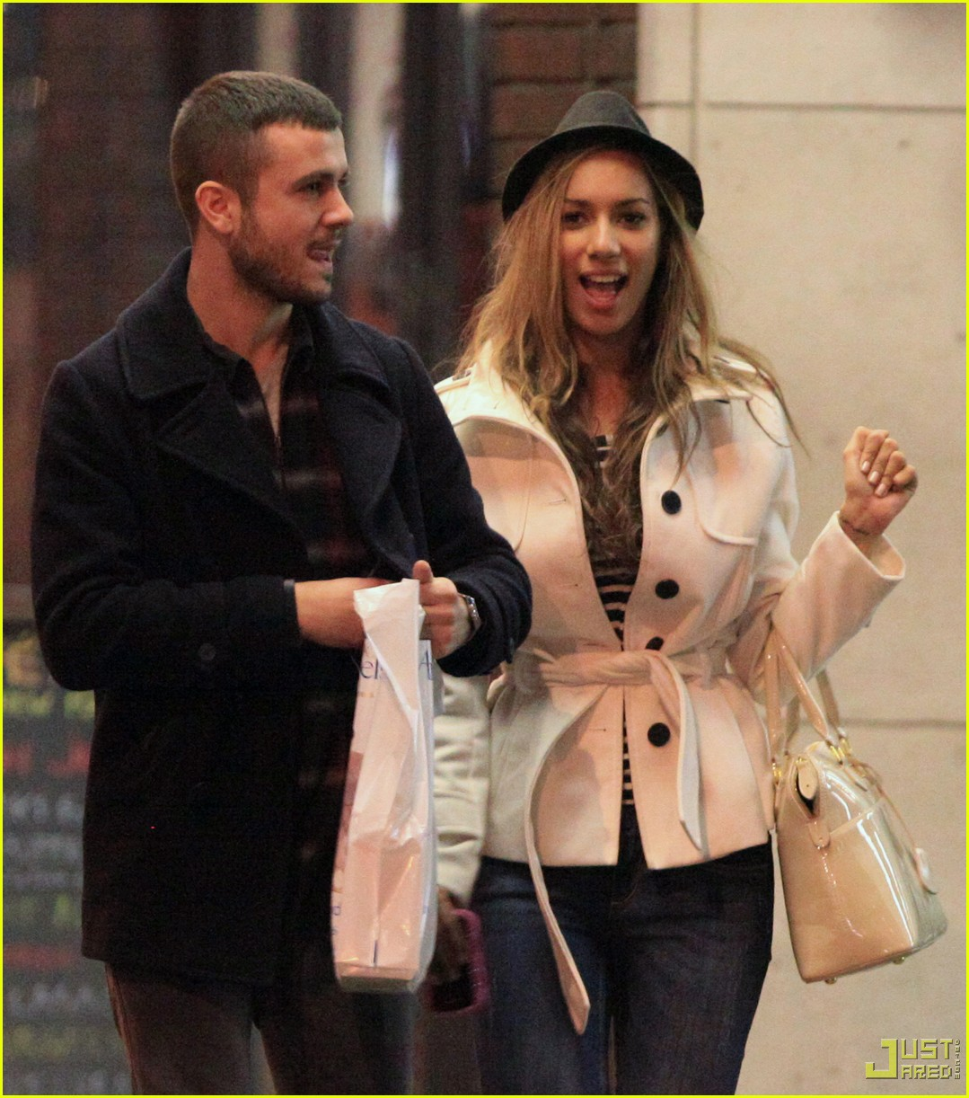 leona lewis christmas shopping heathrow airport 052403599