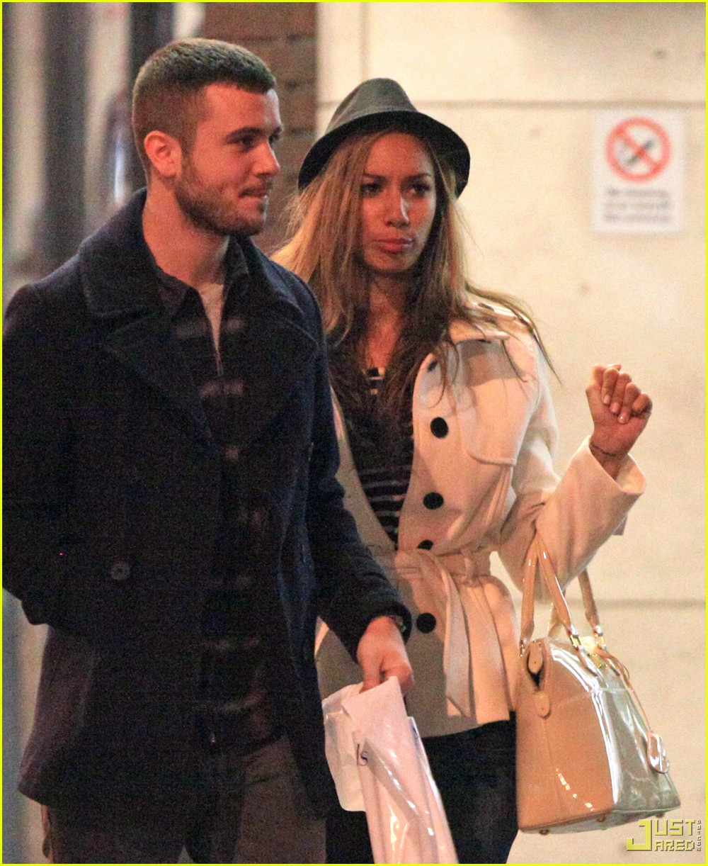 leona lewis christmas shopping heathrow airport 08