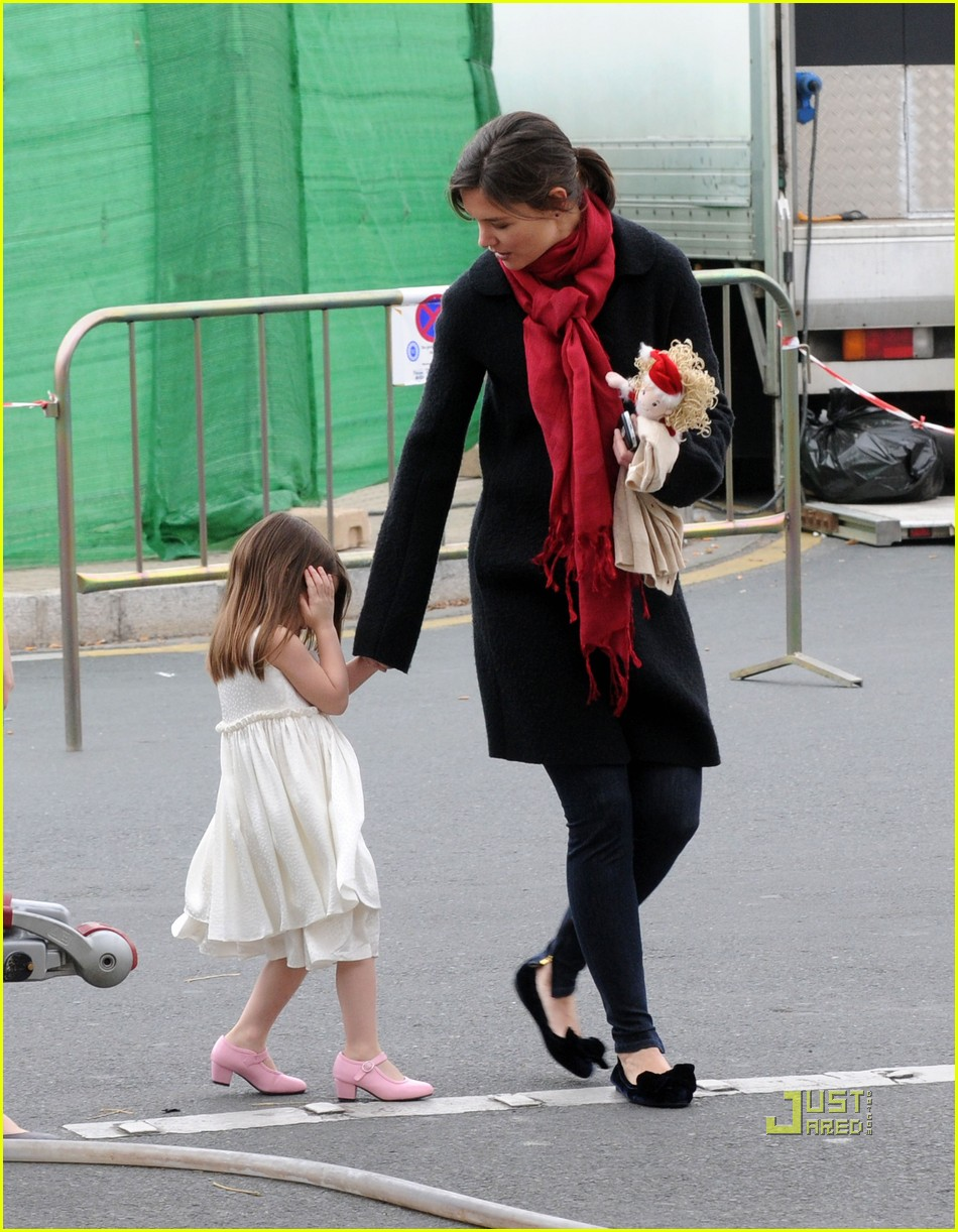 suri cruise seville train station 02