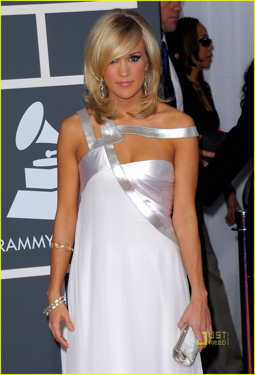 carrie underwood 2010 grammy awards red carpet 042413124