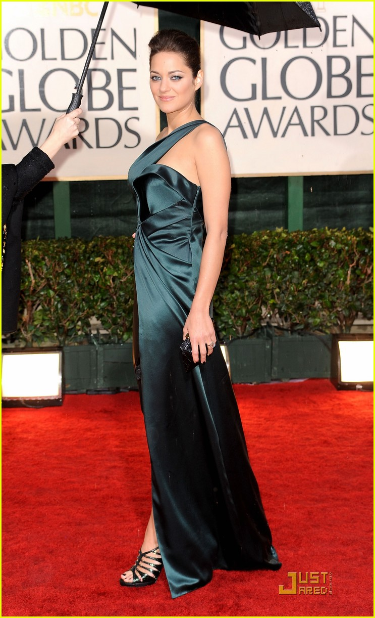 marion cotillard 2010 golden globe awards red carpet 142409231