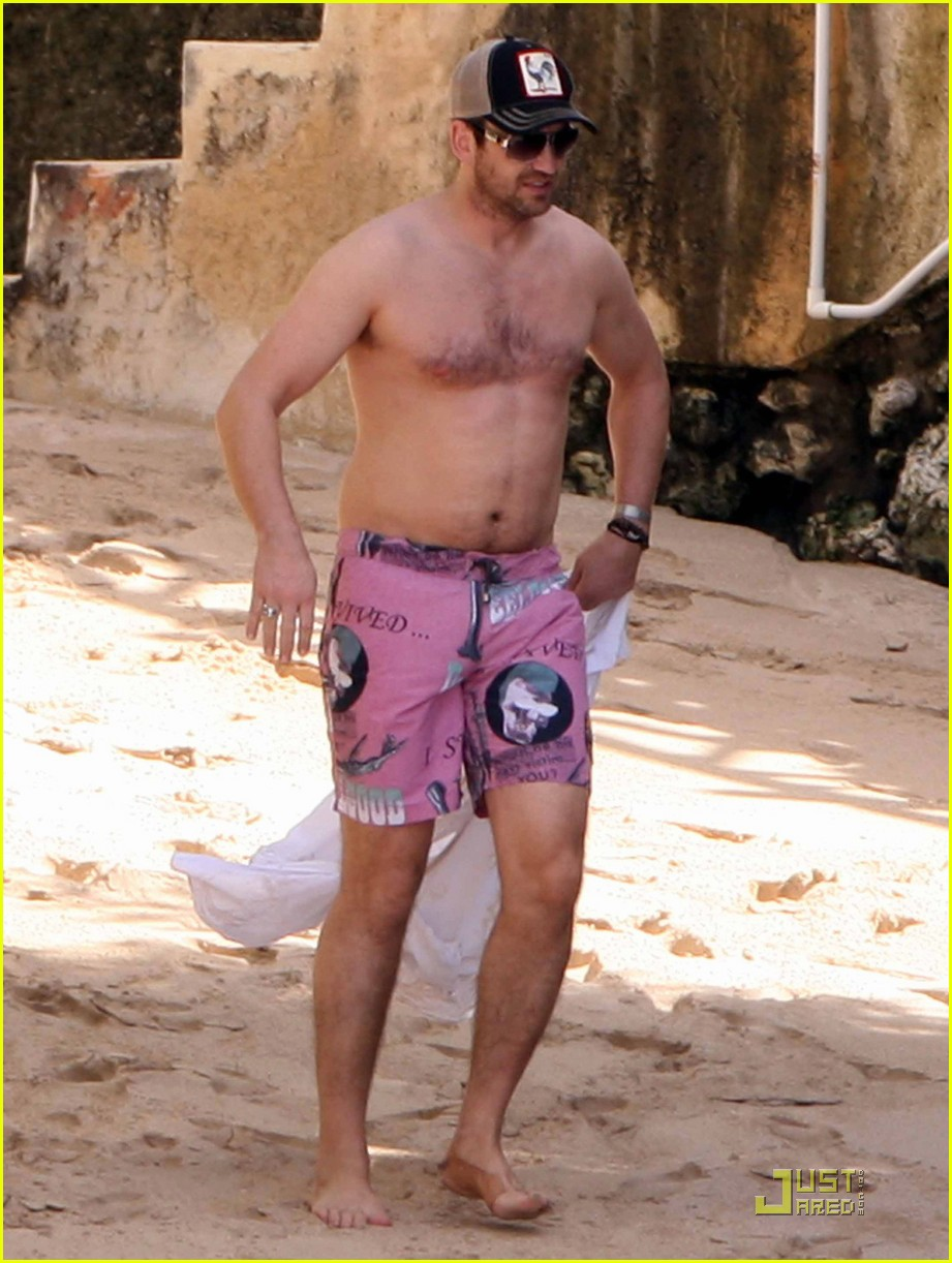 gerard butler shirtless barbados 02